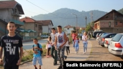 Дети идут в школу в Боснии. Городок Коневич-Поле, сентябрь 2015 года.