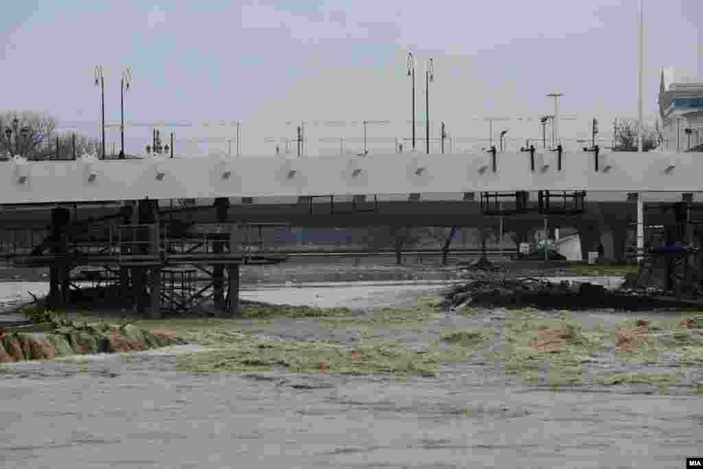 МАКЕДОНИЈА - По обилните дождови, реката Вардар се излеа од коритото во центарот на Скопје. Се подготвуваат околу 10.000 вреќи песок, што ќе се постават на критичните точки, бидејќи се очекуваат уште поинтензивни врнежи, соопшти Емил Дуровиќ, началник на Штабот за заштита и спасување на Град Скопје.