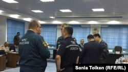 Представители чрезвычайных служб Казахстана и России беседуют на пресс-конференции, посвященной началу учений. Актау, 2 августа 2018 года.