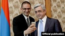 Президент Армении Серж Саргсян (справа) и вице-президент Twitter Раффи Григорян, Ереван, 17 апреля 2014 г. (Фотография - пресс-служба президента Армении)