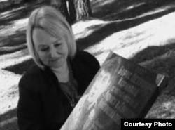 Ирина Басова на могиле отца