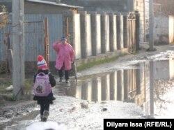 Девочка идет в школу. Шымкент, 23 ноября 2015 года.