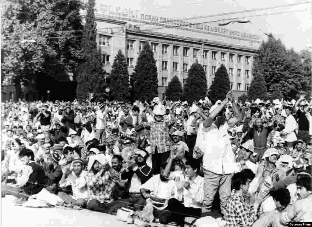 Political tensions grew with a mass rally near the Tajik parliament in July 1991. Protesters demanded the resignation of the government and the nationalization of property held by Tajikistan's Communist Party.