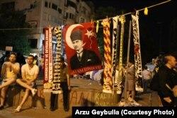 Набор футбольных шарфов всех клубов вокруг портрета Кемаля Ататюрка, основателя светской Турецкой республики