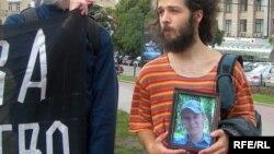 Участник пикета в Москве с портретом Ильи Бородаенко, погибшего при нападении на лагерь экологов в Ангарске. (Фото 2006 года)