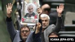 Iranski parlamentarci sa slikom Qasema Solejmanija