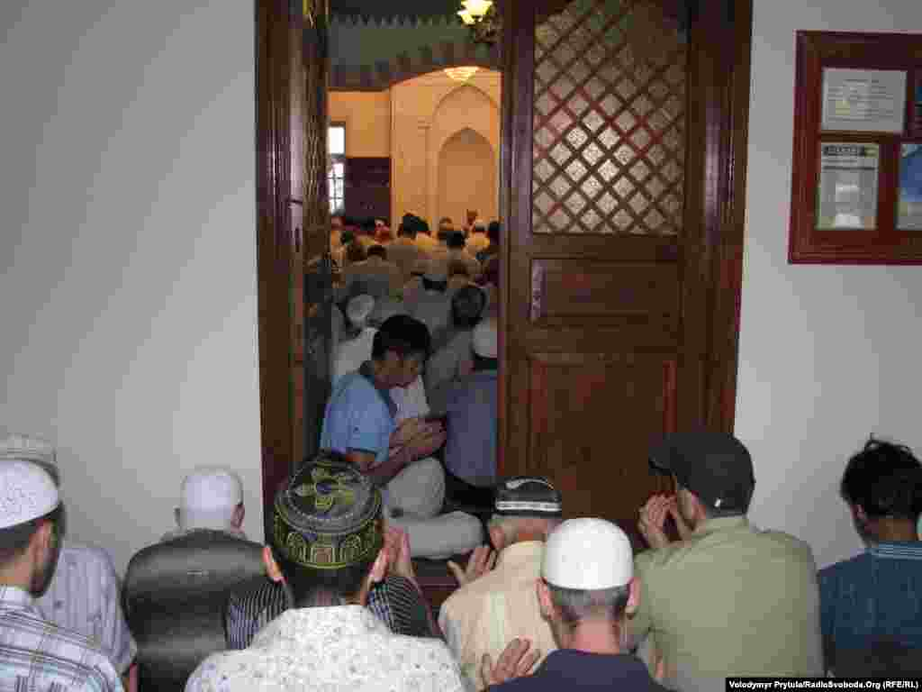 Мечеть, збудована у 16 столітті для невеликого Акмесджита, тепер не вміщає усіх сімферопольських мусульман