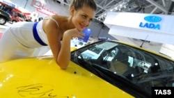 """""""Лада-Калина Спорт"""" с автографом Владимира Путина на капоте была представлена на Московском международном автомобильном салоне, 2 сентября 2010"""