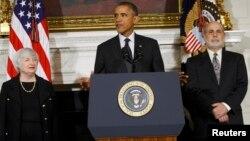 Президент Барак Обама (ортодо) Жанет Йеллен айым (солдо) АКШнын Борбордук банкынын жаңы төрагасы болуп көрсөтүлгөнүн жарыя кылууда. Банктын кызматтан кетчү төрагасы Бен Бернанке (оңдо). Ак үй, 9-октябрь, 2013