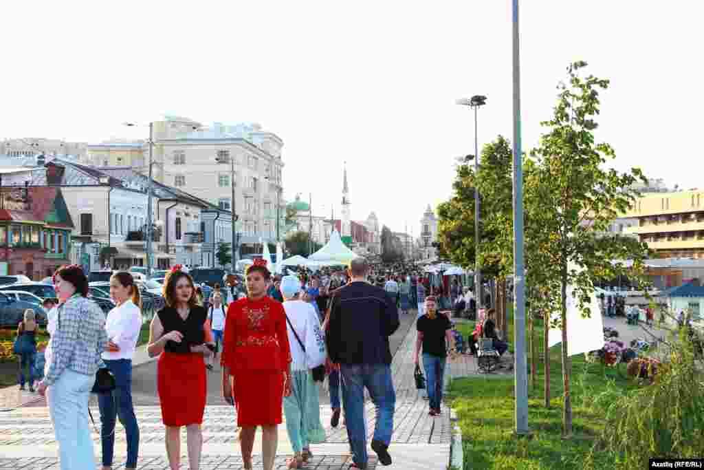 Печән базары урамы һәм милли киемле татар кызлары