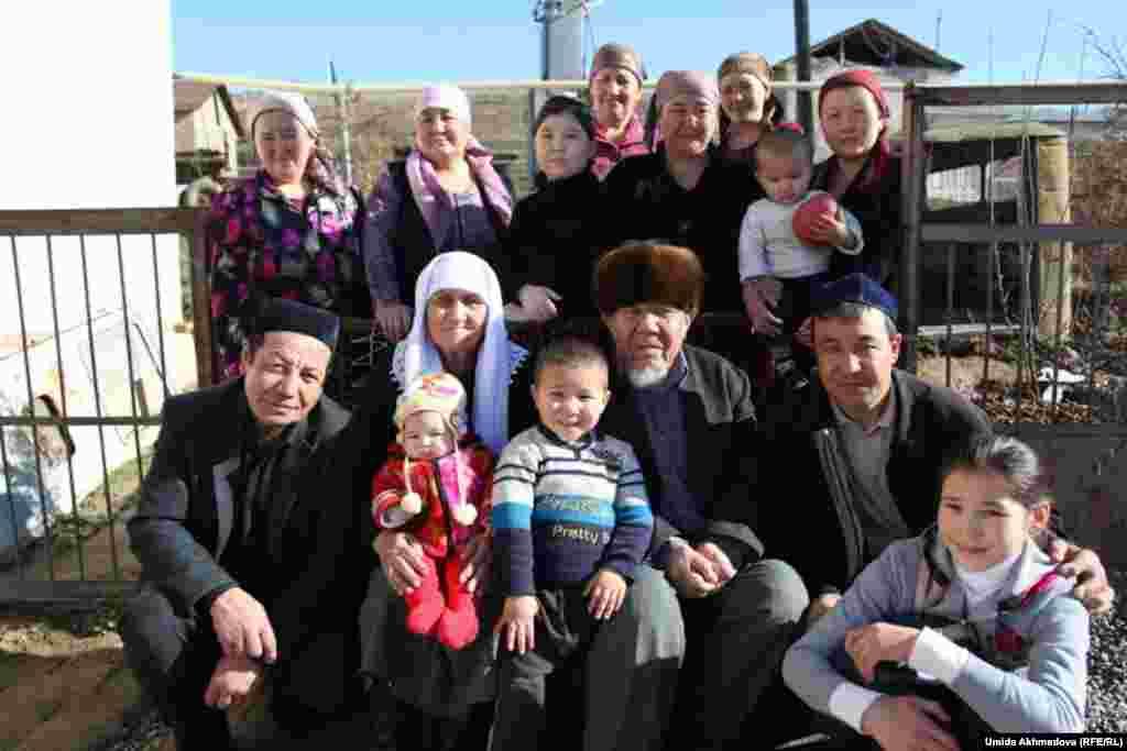 Большая семья согласилась сфотографироваться перед выездом аксакала в мечеть на пятничную молитву.