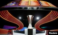 Трофей Ліги Європи, який розіграють у травні 2017 року