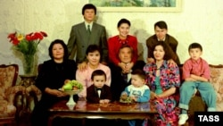 Kazakh President Nursultan Nazarbaev (center) poses with his family in November 1992.