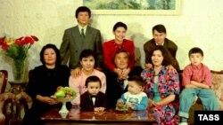 Семья Нурсултана Назарбаева в 1992 году. Алия, младшая дочь, — в верхнем ряду в центре