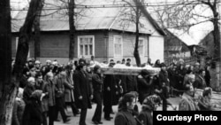 Пахавальная працэсія рухаецца па вуліцы Пушкіна