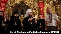 Митрополит Епіфаній роздає Благодатний вогонь, Михайлівський золотоверхий собор, Київ, 27 квітня 2019 року