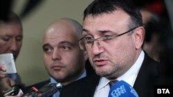 Міністр внутрішніх справ Младен Маринов (справа) заявив, що хакерська атака сталася відразу після того, як Болгарія погодилася придбати у США вісім нових винищувачів Lockheed Martin F-16