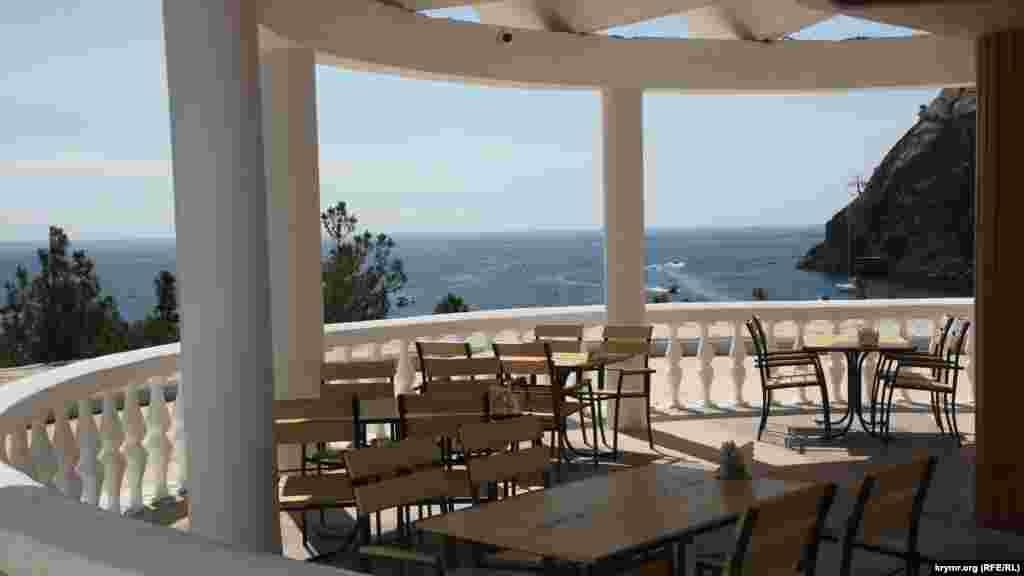Альтанка їдальні з виглядом на бухту. Зранку столики порожні