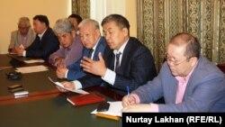 Киік қырылуына қатысты өткен баспасөз жиынына қатысушылар. Алматы, 1 маусым 2015 жыл.