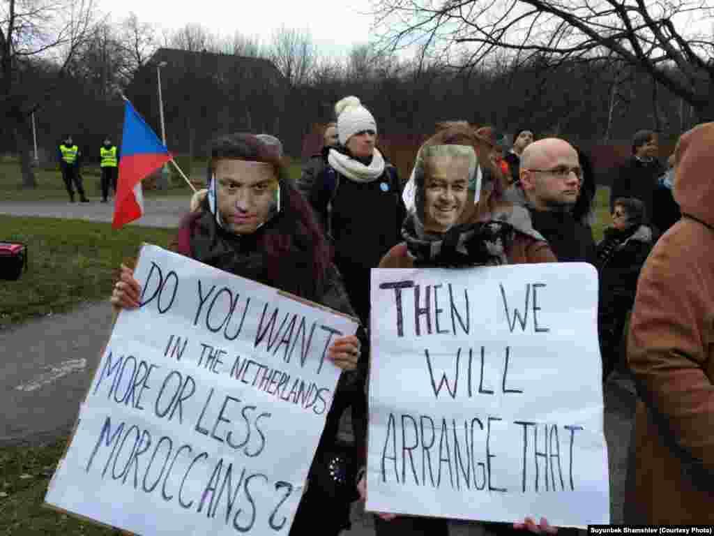 Прагада өткөн улутчул күчтөрдүн конференциясына каршы акциянын катышуучулары колдоруна плакаттарды кармап алышты.
