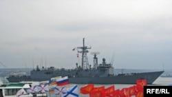 Американський фрегат Klakring (FFG-42) проходить повз пікет проросійських активістів
