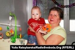 9-місячна Арина з Донеччини народилась вже тут, у Дніпропетровську. Її виховують бабуся та мама-одиначка. «Дитячі» гроші для частини родин складають левову частку середньомісячного прибутку, адже знайти високооплачувану роботу вдається не всім