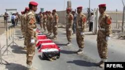 Война была быстрой и кровавой для Ирака. Передача останков погибших иракских солдат на границе с Кувейтом. Снимок марта 2010 года