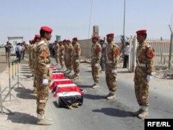 Кувейтские военнослужащие передают иракцам останки 9 их солдат, погибших в 1990 году. Апрель 2010 года