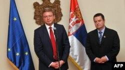 Комісар у справах розширення Євросоюзу Штефан Фюле і сербський прем'єр Івіца Дачич, Белград, 25 квітня 2013 року