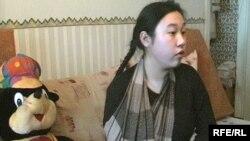 Жарақат алған Гилан Сәрсембекова үйде емделуге мәжбүр. Қарағанды, 16 қаңтар, 2009 жыл.