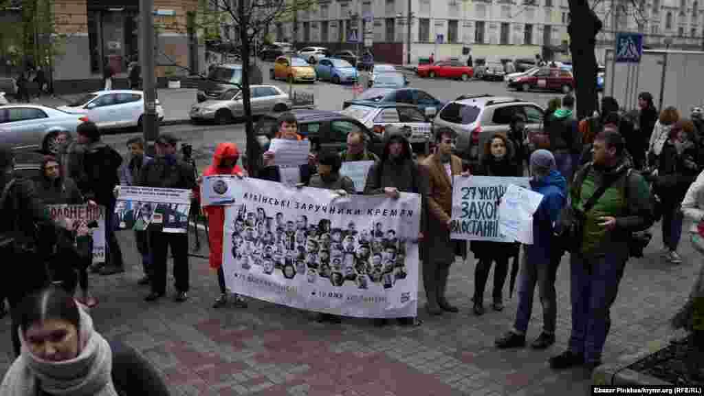 Активисты выстроились в линию возле посольства Германии в Киеве и развернули плакаты