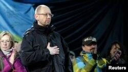 Арсений Яценюк шерушілер алдында тұр. Киев, Тәуелсіздік алаңы, 26 ақпан 2014 жыл.