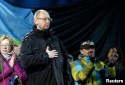 Будущему премьеру Арсению Яценюку на Майдане вечером припомнили невыполненное обещание встать в первые ряды на баррикадах во время штурма
