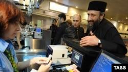 Ռուսաստան - Վրաց ուղղափառ եկեղեցու հոգևորականը Մոսկվայի «Դոմոդեդովո» օդանավակայանում, արխիվ