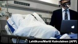 Турку қаласындағы шабуылға күдікті Абдрахман Мечка (аурухана төсегінде жатыр) мен оның адвокаты.