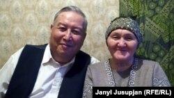 Нусратулло Хасанов аксакал байбичеси Шарапаткан Аббасова менен Дүйшөмбүдөгү батиринде, 2015-ж.