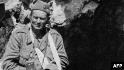 Ranjeni Josip Broz Tito tokom bitke na Sutjesci, maj 1943. - iz arhive