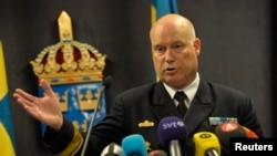 Шведский контр-адмирал Андерс Гренстад рассказывает журналистам об инциденте с подлодкой, возможно - российской