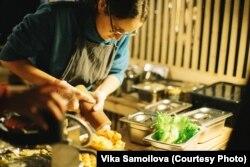 Одна из сотрудниц с особенностями готовит вафли. Фото: Виктория Самойлова