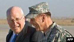 دیدار دیک چینی با ژنرال دیوید پترائوس، فرمانده نیروهای آمریکایی در عراق. (عکس:AFP)