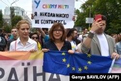 Євродепутат від Німеччини Ребекка Гармс (посередині) під час Маршу рівності у Києві, 17 червня 2018 року