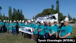 Участники автокаравана «Омур кочу-100», посвященного событиям 1916 года. Чуйская область Кыргызстана, 5 августа 2016 года.
