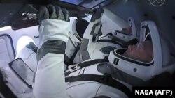 Роберт Бенкем (на першому плані) та Даґлас Герлі під час першої спроби запуску, 27 травня, Космічний центр Кеннеді, Флорида