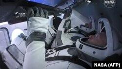 Американские астронавты на борту «Крю Дрэгон»