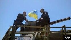 Прем'єр-міністр України Арсеній Яценюк спілкується із вояком під Слов'янськом, 7 травня 2014 року