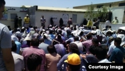 Iranian students protesting in the Petroleum Industry University.