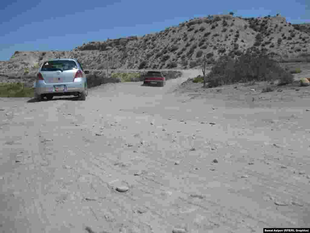 Дорога грунтовая, некоторые участки размыты частыми селями. Из-за этого 12 километров пути на машине преодолеваются за час.