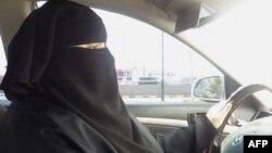 Автокөлік жүргізіп келе жатқан әйел. Эр-Рияд, Сауд Арабиясы, 21 маусым 2011 жыл.