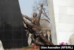 Памятник участникам апрельских событий в центре Бишкека.