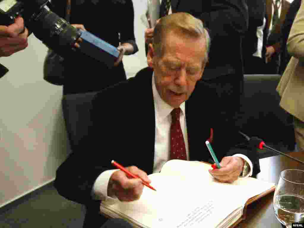 President Havel signs the RFE/RL guestbook